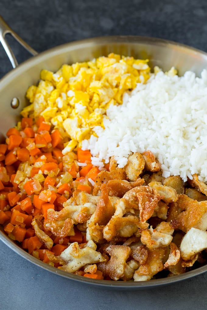 Cooked white rice with thinly sliced chicken, eggs and vegetables.