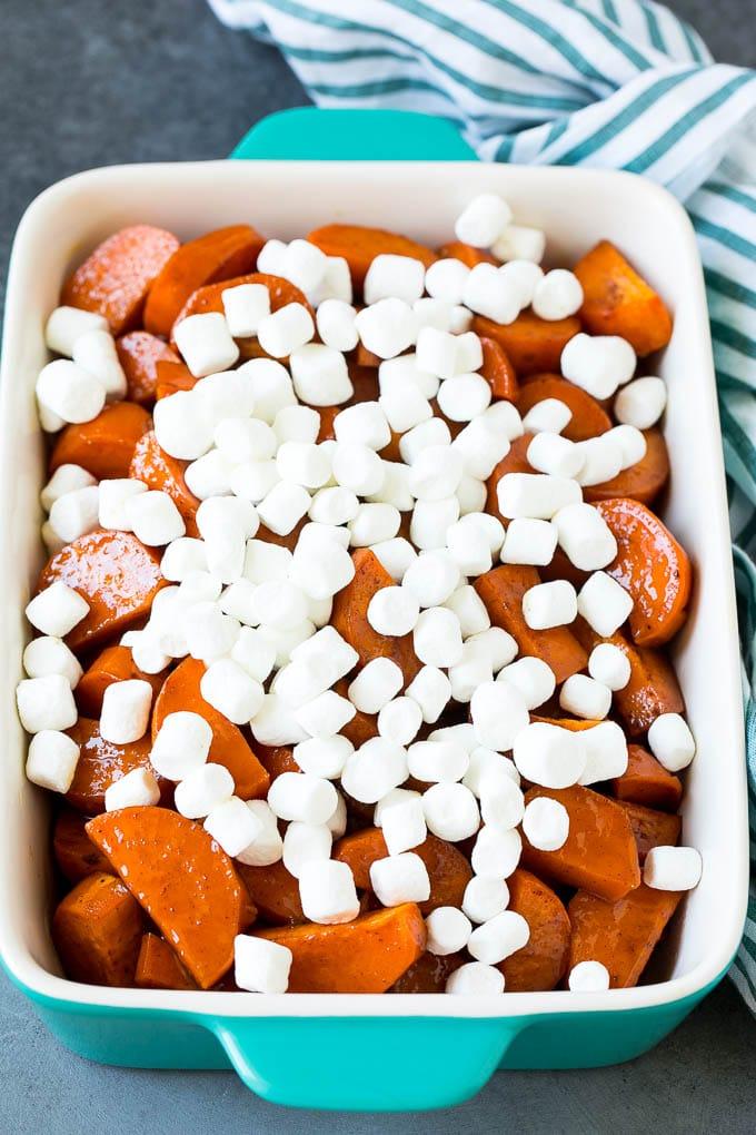 Şekerlenmiş tatlı patateslerin üstüne şekerlemeler.