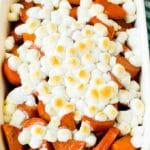 Bir fırın tepsisinde şekerlenmiş tatlı patatesler, üzerine eritilmiş şekerlemeler.