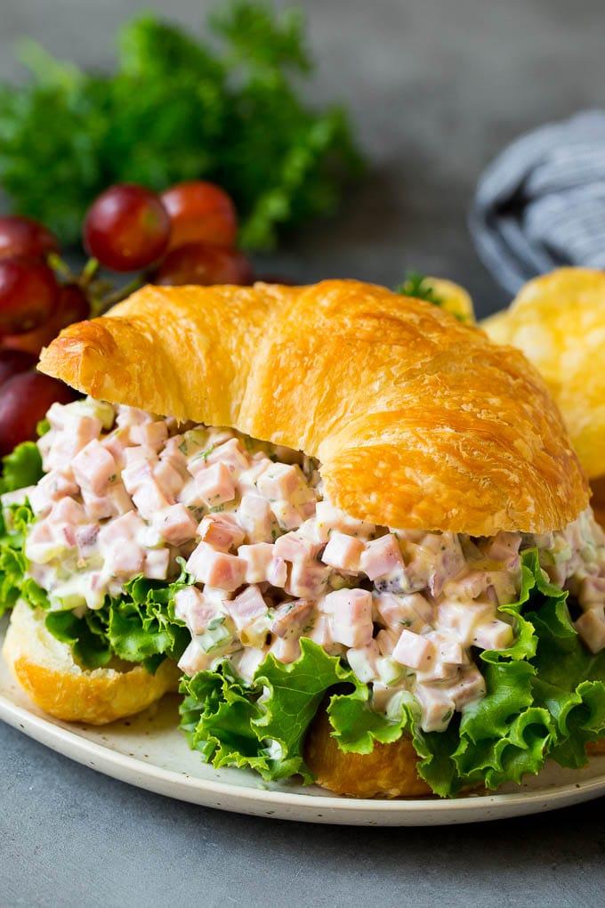 Kruvasanda jambon salatası servis edilir.